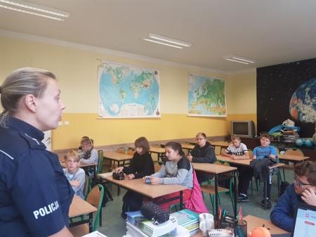 Spotkanie uczniów klasy V z policjantem